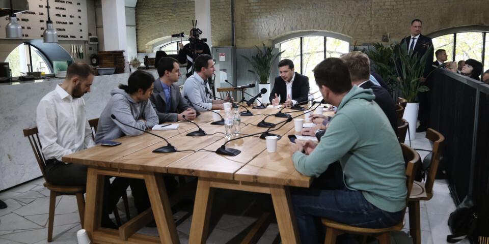 Ett av flera skift journalister ställer frågor till Ukrainas president Volodomyr Zelenskyj.