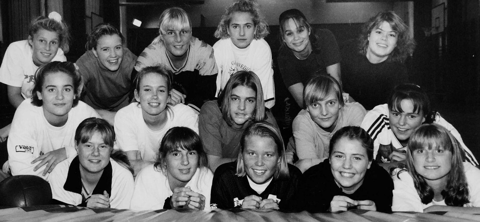 Lagbild på Staggs tjejer från ett stort reportage i Barometern-OT:s ungdomsbilaga åXå inför rugbyn 1992.