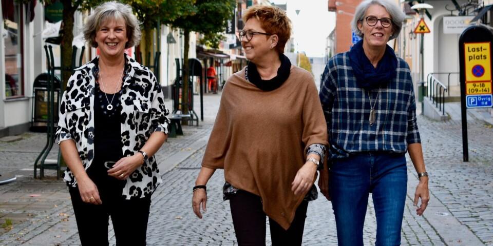 Säljarna på Jansens i Karlshamn, Tina Jönsson, Gunilla Strömgren och Else Carlander tipsar om höstens modetrender.
