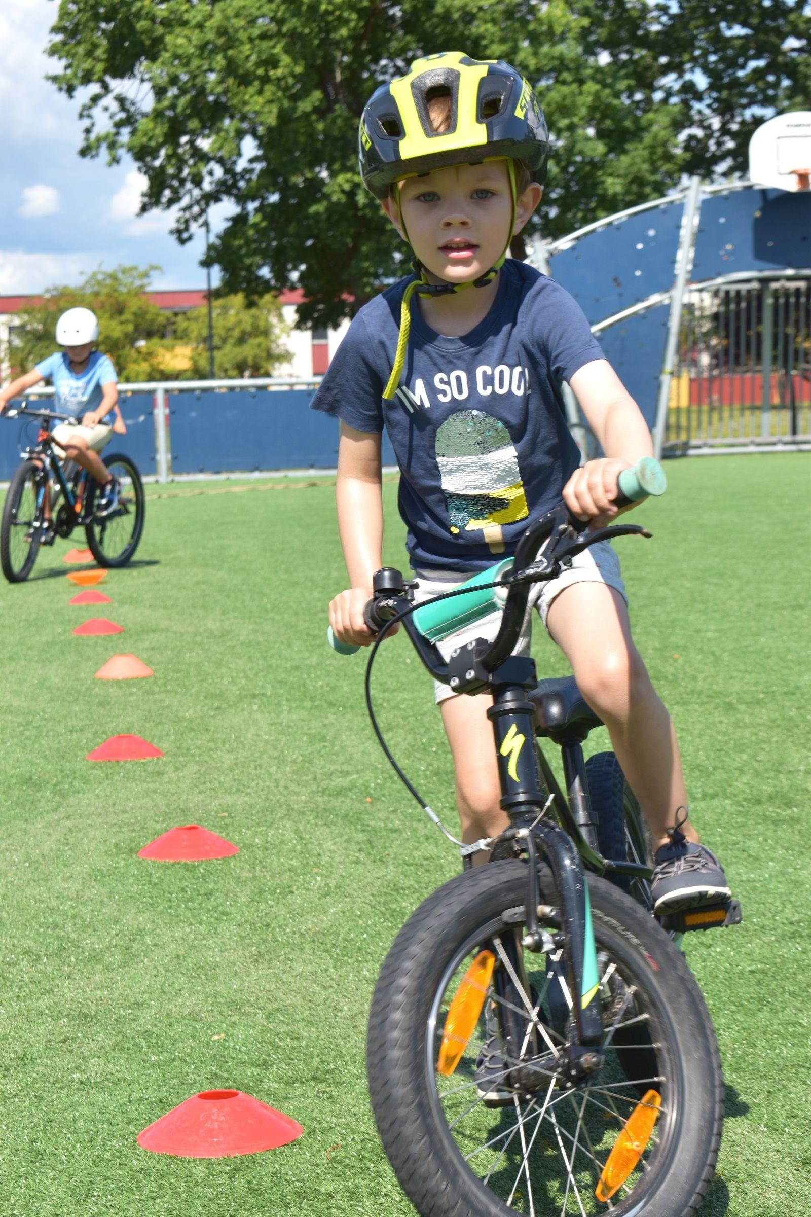 Olof Kindqvist Berg, 4 år, testar sina färdigheter på mountainbike.