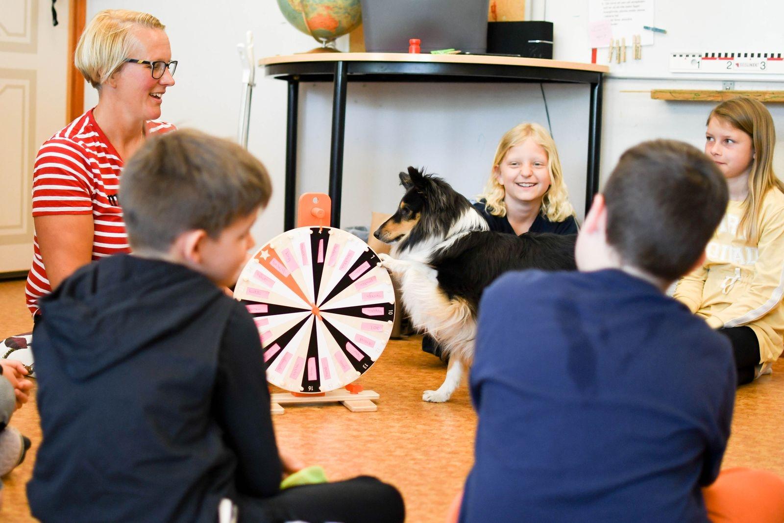 Lektionen i muntligt berättande blir lustfylld och avslappnad tack vare Helle som hjälper till att snurra fram teman för eleverna att berätta kring.