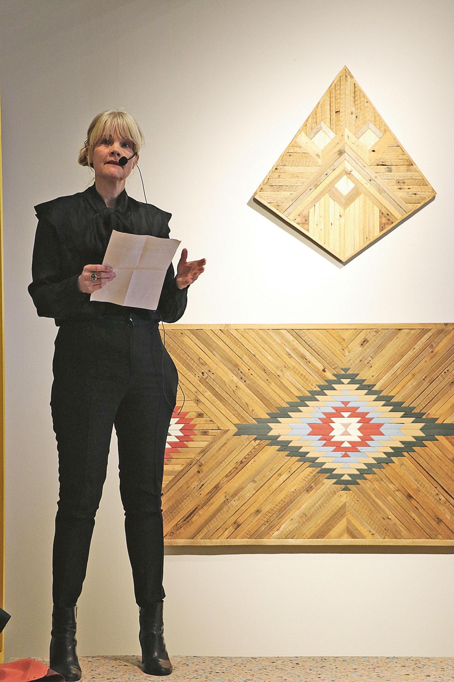 Museichefen Bettina Pehrsson hälsade publiken välkommen till en färgglad utställning.