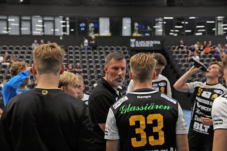 HIF-tränaren Robert Andersson leder sitt lag i hemmapremiären på torsdag kväll.