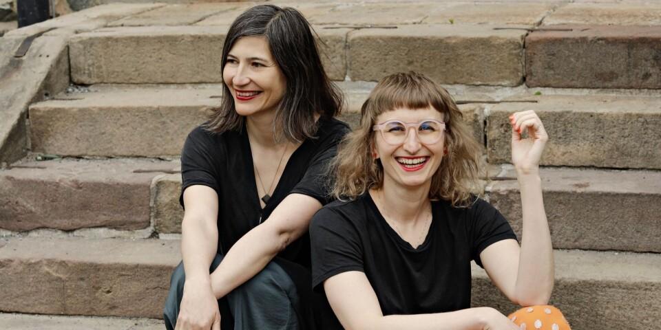 """Journalisten Marie Birde och datasnillet Olga Stern har skrivit boken """"Ettor och nollors hemliga liv"""" om magin som sker under datorernas hårda skal. Den 6 oktober gästar de Simrishamns bibliotek."""