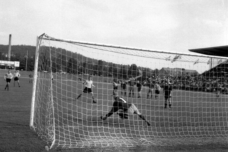 Kinnas målvakt Arne Andersson var lite av en straffspecialist. I höstmötet 1958 räddade Andersson en straff från Elfsborgs Roland Sandström. Den matchen vann dock Elfsborg mot Kinna med 2–1. I vårmötet på Viskavallen höll Andersson nollan – och Kinna vann med 1–0.