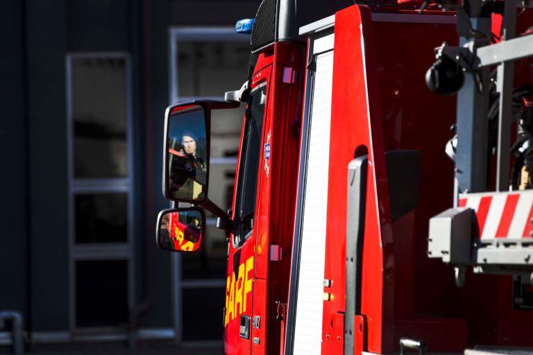 Räddningstjänst har övning inför kommande verksamhet. Brandbil stegbil var framme och många glada brandman, brandmän.
