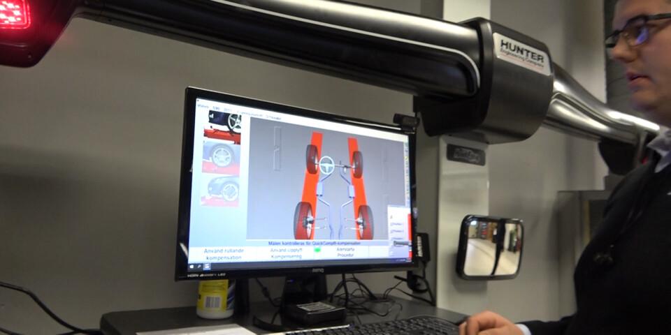 Den nya hjulinställningsmaskinen på Ahlberg Bil i Sölvesborg räknar på några få minuter ut exakt hur mycket hjulen måste justeras. Simon Widell kollar datan.