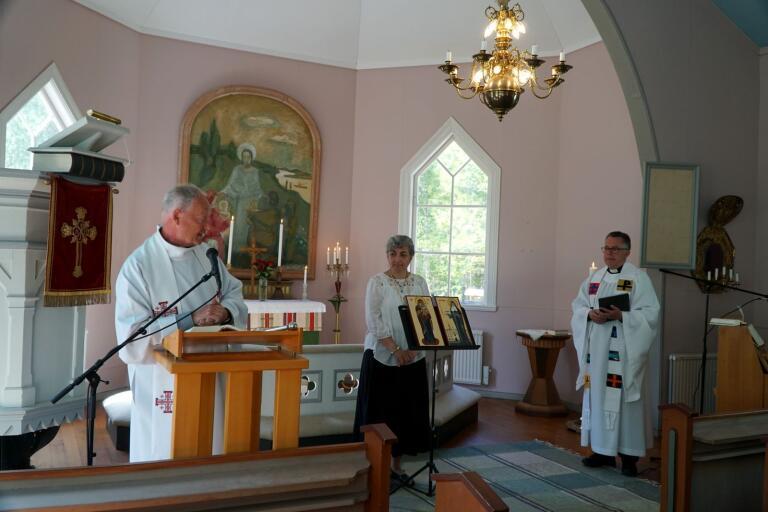 Prästen Björn Göransson från Sveriges katolska stift förrättade invigningen av ikonerna av Jungfru Maria och Elisabeth Hesselblad tillsammans med ikonmålaren Rosalia Svensson och Thomas Elg från Herrljunga pastorat.