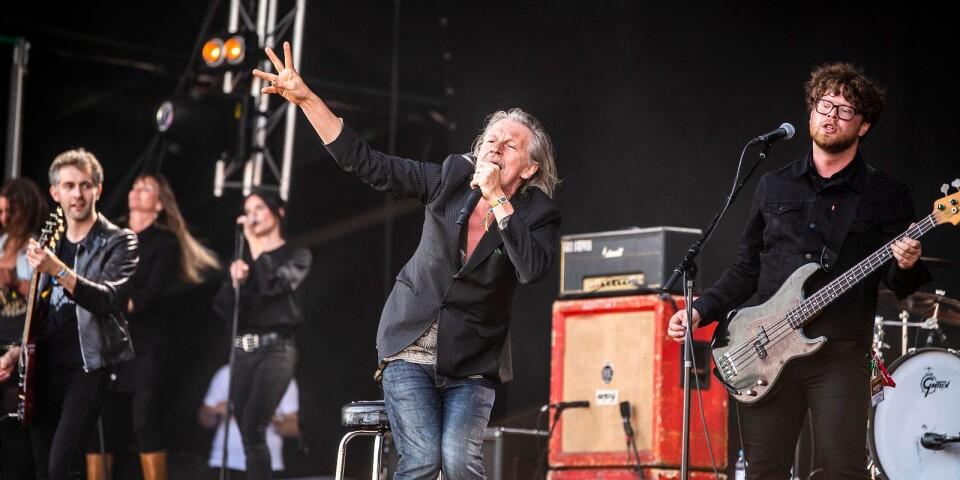 """""""Strängen"""" samarbetade flera gånger med Stefan Sundström. Under onsdagen var den senare med under hyllningen till den forne Hellacopters-gitarristen."""