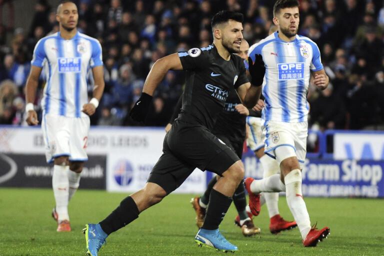 Huddersfield (i blått och vitt) åkte ur Premier League förra säsongen. Arkivbild.