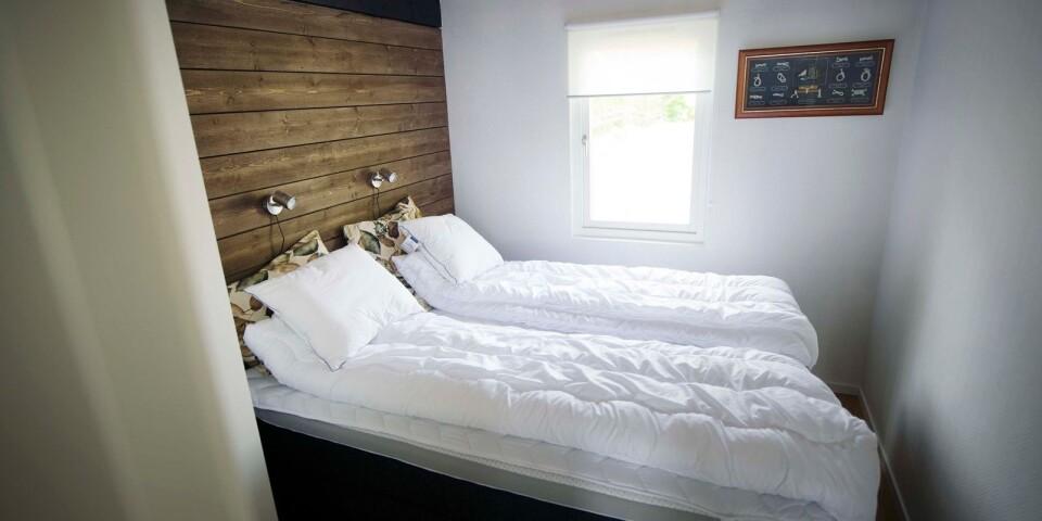 Två sovrum och ett allrum finns i stugan närmast havet.