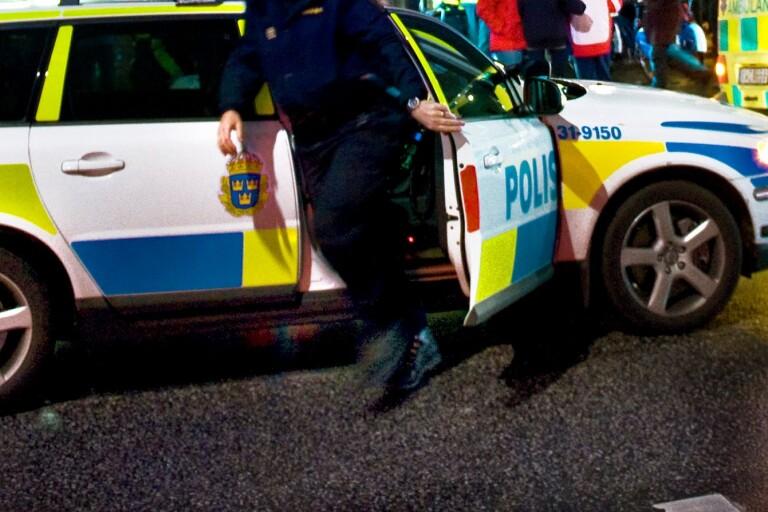 Länsväg 120: Polis grep efterlyst som flydde ut i skogen