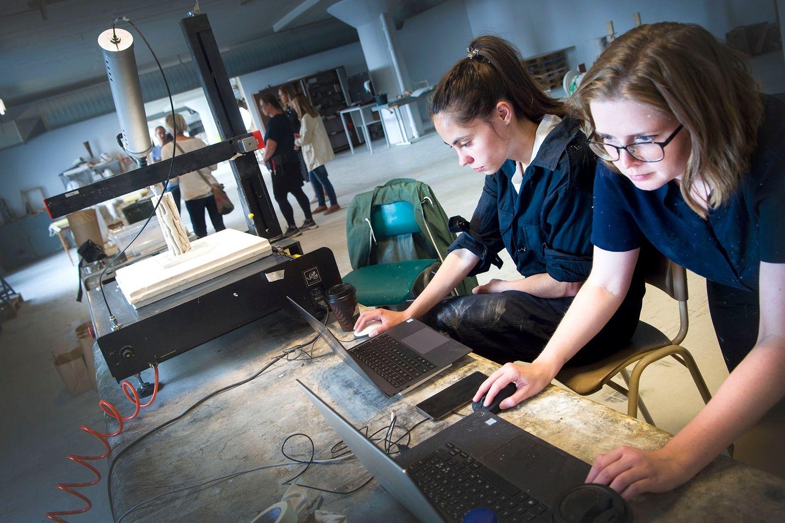 Forskarstudenten Anna Goidea från Rumänien och Elin Daun höll koll på tillverkningen via datorer.