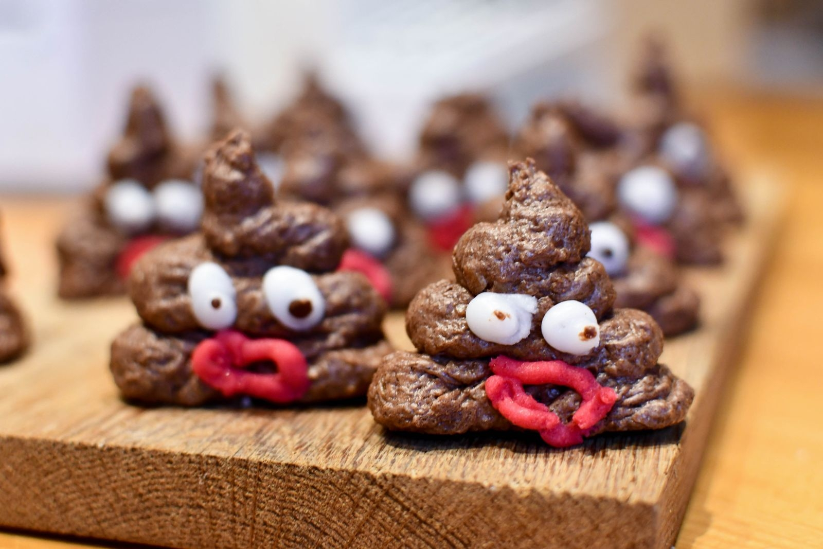 Det var efter önskemål av Tinas sexåriga dotter som de första bajskorvarna av chokladbullsmet kom till.