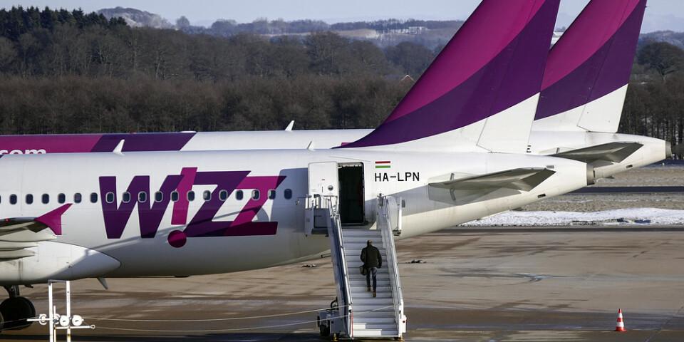 En man går ombord på ett Airbus A320-plan tillhörande Wizz Air på Malmö airport. Arkivbild.