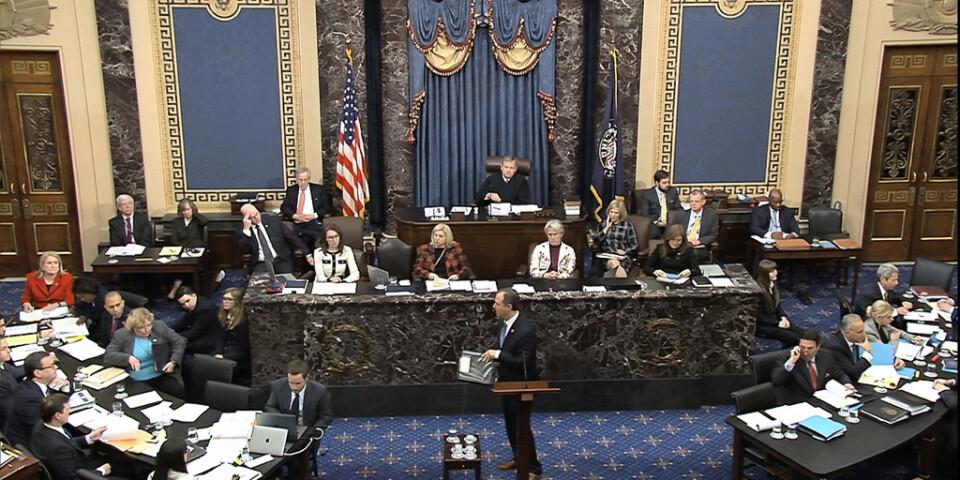 """Representanthusledamoten Adam Schiff, en av Demokraternas """"åklagare"""", i centrum vid torsdagens riksrättsförhandlingar."""