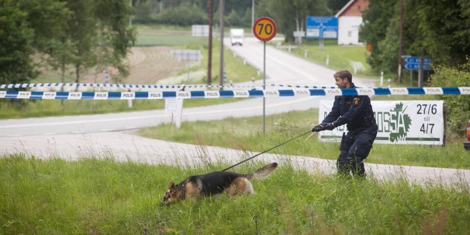 En hundförare undersökte en rastplats utmed väg 121 några kilometer från Olofström där två bilar setts som kan ha ett samband med rånet.