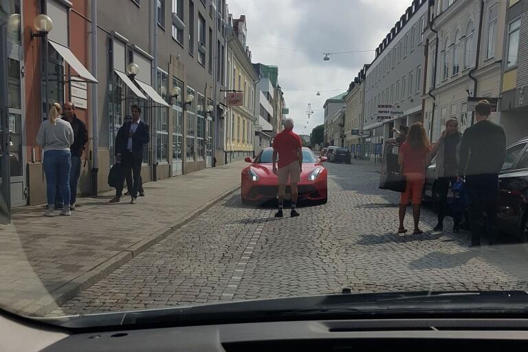 Här stoppar Växjös borgmästare en felkörande Ferrari