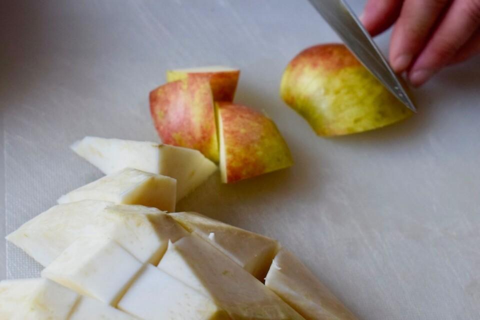 Goda smaker om hösten. Rotselleri, äpple och lök.