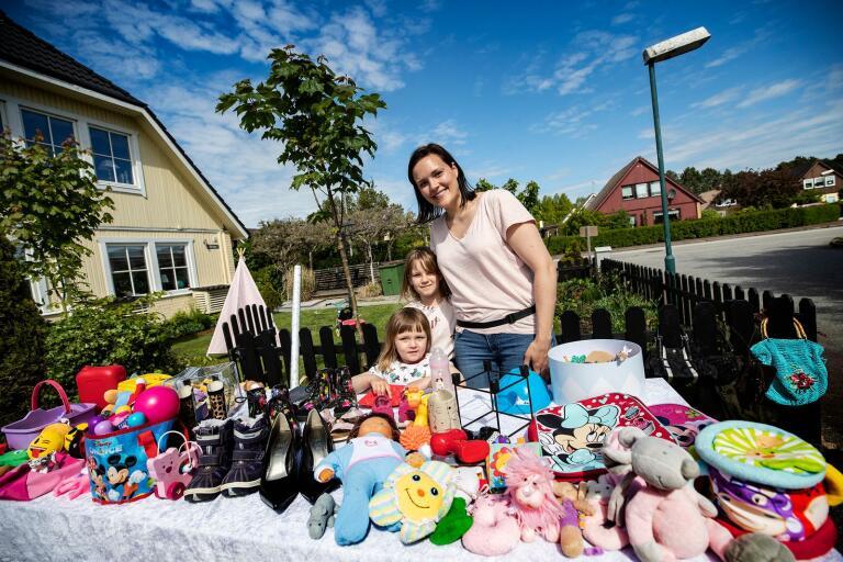 Döttrarna Bianca, 3 år, och Filippa, 7 år, fick se en del gamla leksaker byta ägare när mamma Nicole Lerulf höll loppis på garageuppfarten.