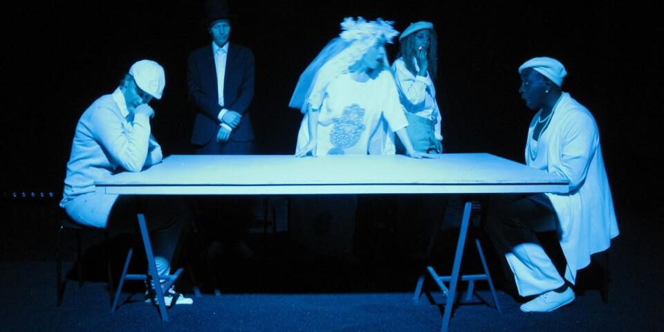 """En scen ur Potato Potatos föreställning """"Sedlar"""" från 2015."""