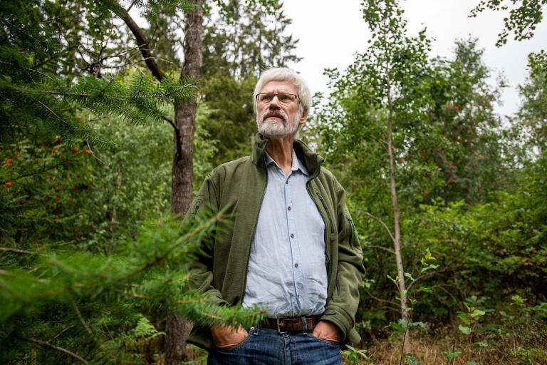 Bernt Söderberg i skogen utanför torpet i Hultalycke. Han ser stora möjliga fördelar med all data som samlas in om skogen, men också tydliga nackdelar.