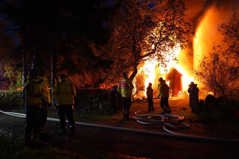 Kraftig brand i villa intill riksvägen – går inte att rädda