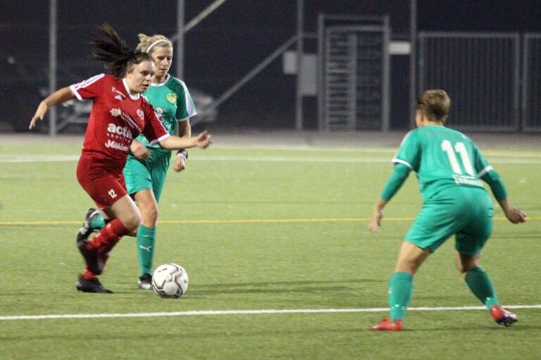 Gislövs Tove Ahlgren är steget före Lilla Beddinges Sandra Cronvall. Gislöv vann en jämn derbymatch med 2–0 och är alltjämt obesegrat i division fyra.
