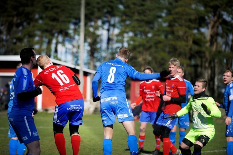 Johan Helgesson och Magnus Jansson i luftduell i den andra halvleken.