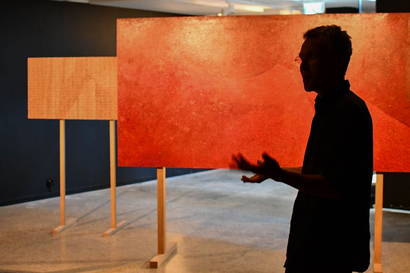 """Matts Leiderstam fick ett samtal från Bukowskis som sökte information om två av hans äldre verk som de fått in. """"Jag gav dem lite information sedan köpte jag målningarna själv och gjorde ett nytt verk av dem"""" berättar Matts och visar """"Rekonstruktion""""."""