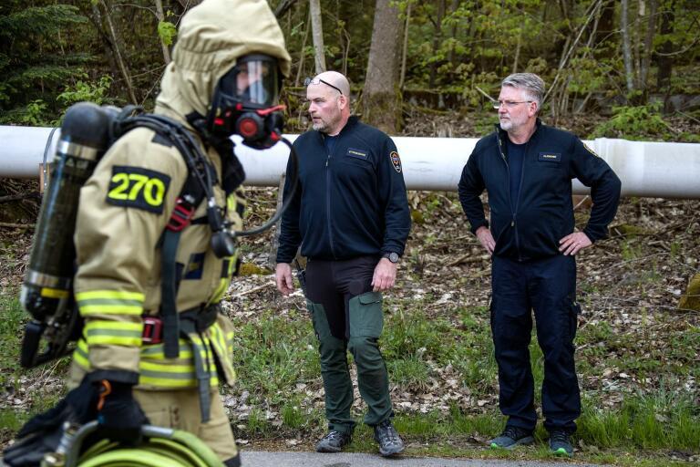 Per Tholvin och Stefan Andersson är två brandmän med beredskap på deltidskåren i Dalsjöfors. Här styr de en övning där Robin Bengtsson är rökdykare.