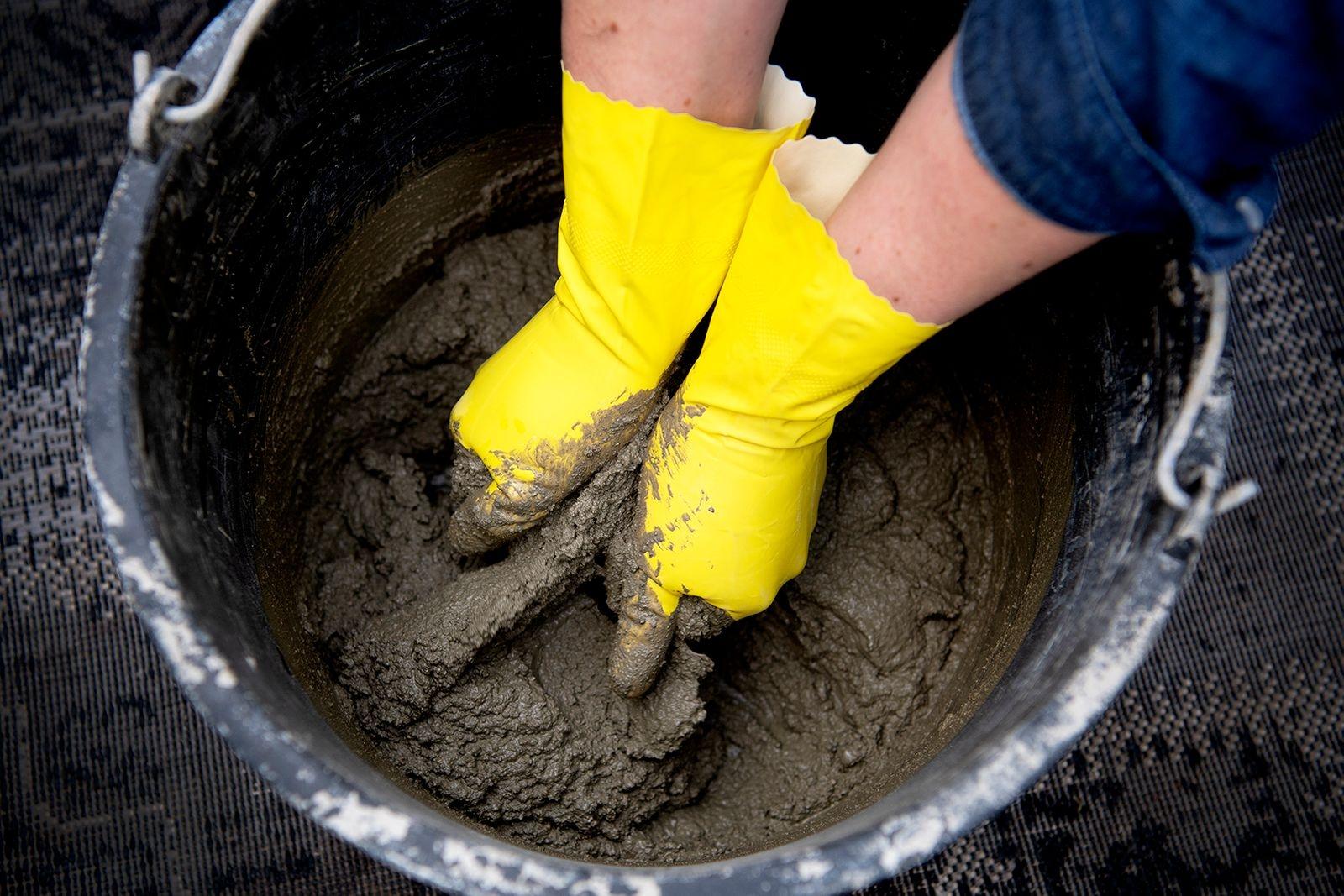 Blanda vatten med betong. Konsistensen ska vara som lös gröt.