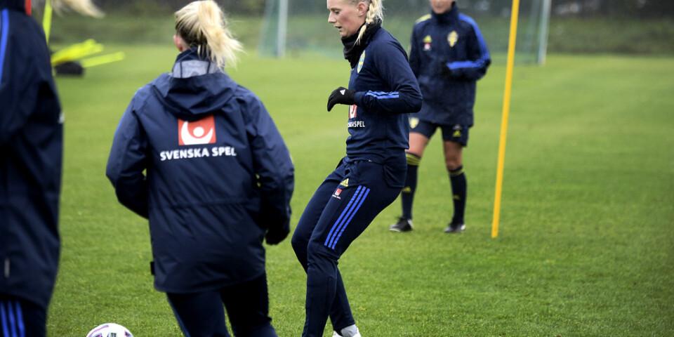 Stina Blackstenius under söndagens träning på arenan Framvöllur inför tisdagens gruppfinal mot Island i EM-kvalet i fotboll.