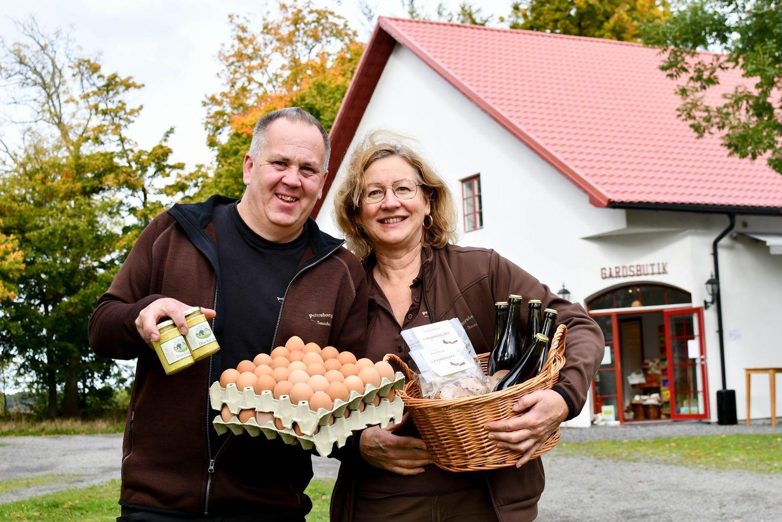 Hans Svensson och Monika Larsson vill dra sitt strå till stacken för att bevara kunskapen som ligger bakom lokalt mathantverk och säljer bara svenskproducerade produkter i sin gårdsbutik.