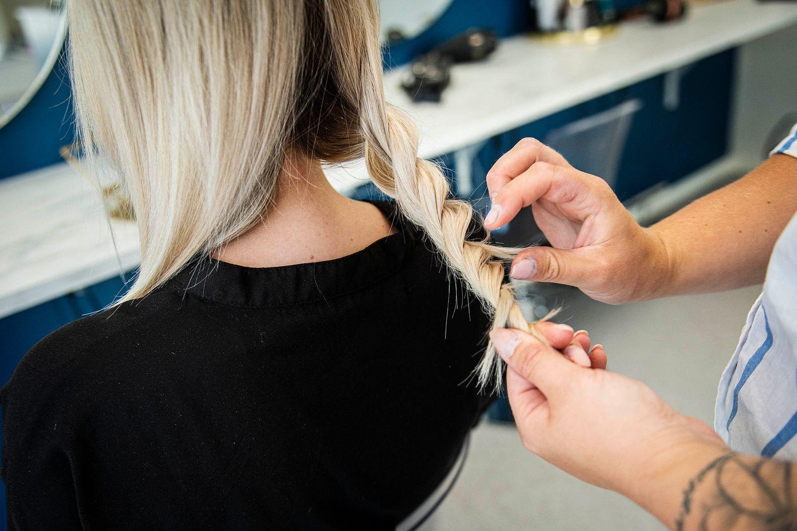 Steg 2: Tvinna varje sektion. Tänk på att dra håret lite bakåt när du tvinnar det för att få ett bättre resultat.