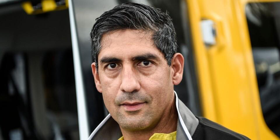 """Telepass AB har två chaufförer som kör patienter med coronavirus. Mohamed Akrim kör ensam i sin bil. Han älskar sitt jobb, men tänker mycket på patienterna. """"De lider mycket på grund av detta virus""""."""