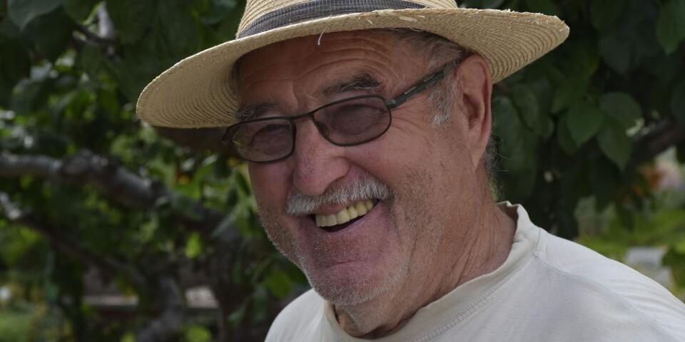 Percy Månsson tog över hönsfarmen från sin far och blev bonde i femte generationen. Tills han sålde verksamheten och började med vin. Intresset fanns sedan länge, tillsammans med hustrun Anita och vänner startades en vinklubb i Borrby redan på 60-talet.
