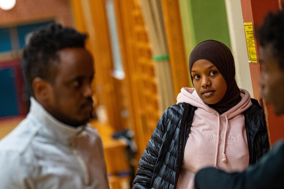 """Adan Mohammed och Yasmin Mahammud i föreningen Framtida Ungdomar. """"Jag hade själv önskat att det fanns några som vi när jag kom till Sverige, som kunde berätta om hur saker och ting fungerar"""", säger Yasmin."""