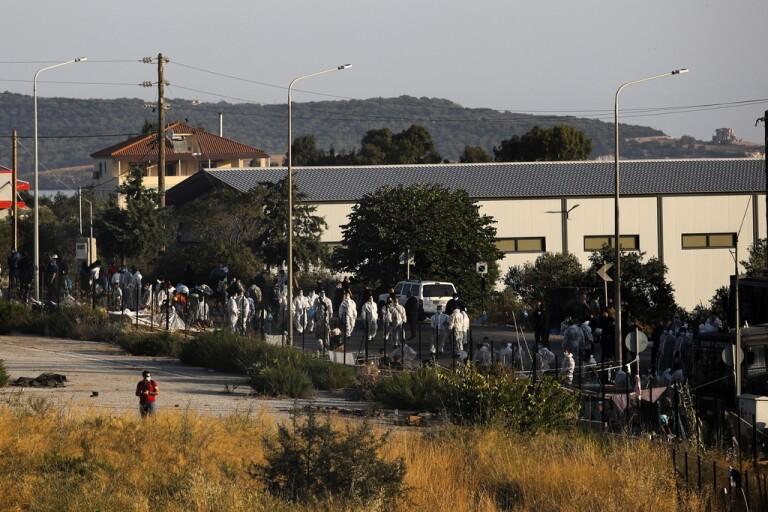 Polis flyttar migranter till nytt Lesbosläger