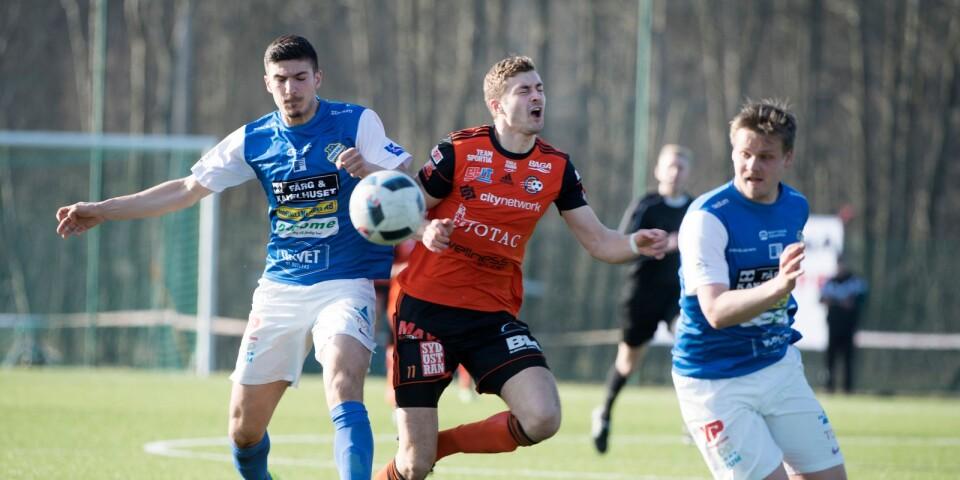 Två Oddevoldspelare får stopp på Karl Lindqvist.