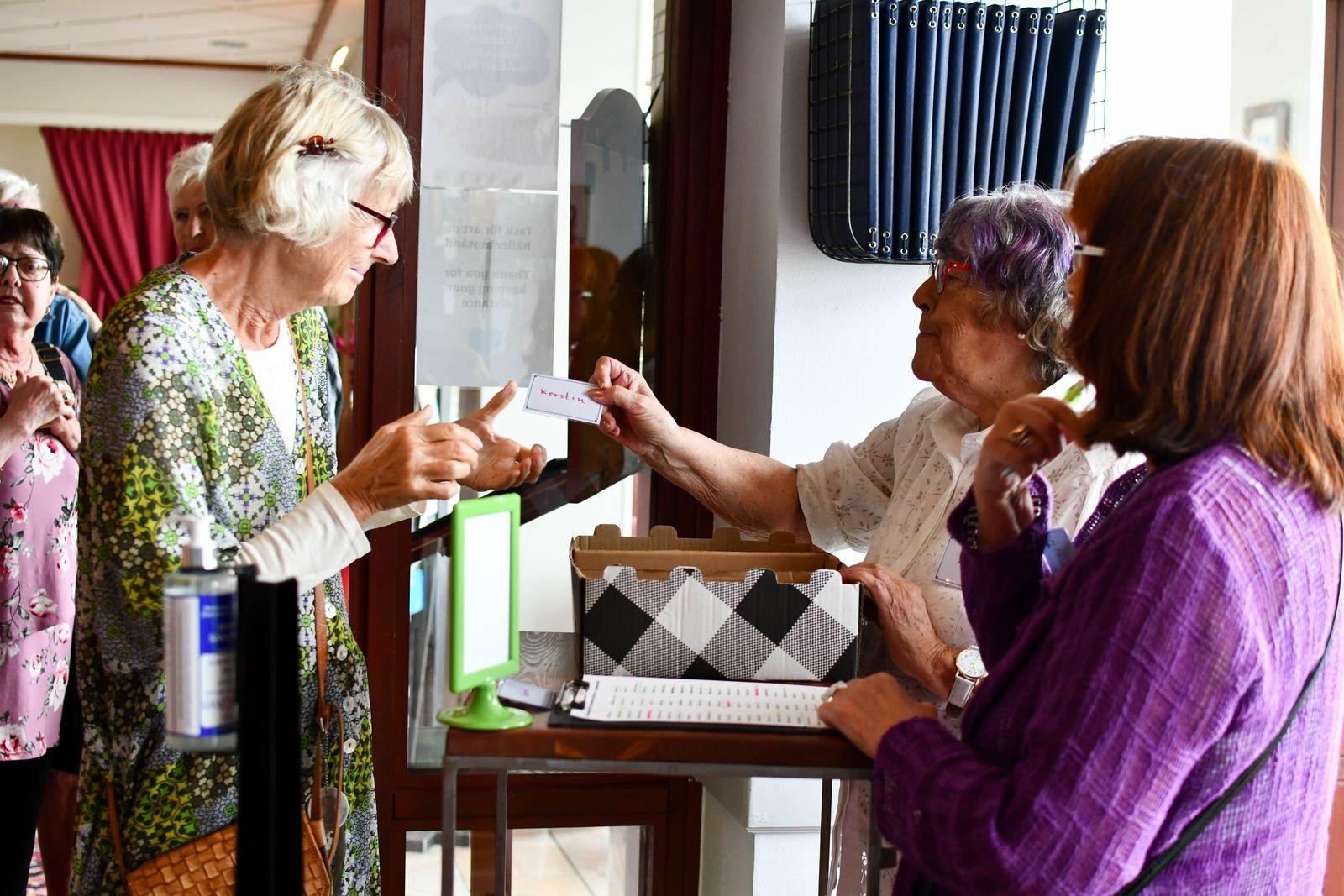 Lena Hansson och Margareta Krafft försåg alla lunchgästerna med varsin namnbricka.