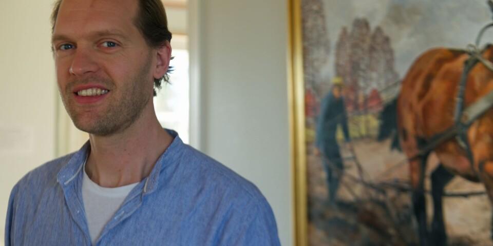 Sebastian Karlsson är bland annat känd för sina gestaltande guidningar som bryggmästare Carl Fredrik Uebel på Korrö. Nu lotsar han Pappa Panov genom en händelserik julafton.
