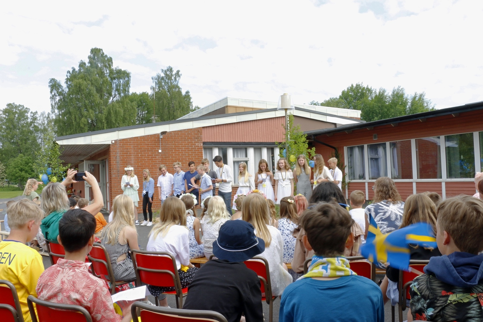 Även på Vegby skola hölls avslutningen på skolgården. Föräldrarna fick hålla sig på behörigt avstånd vid gungorna.