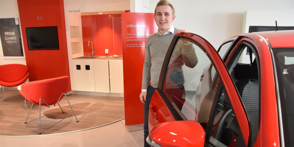 Det är sprakande rött hos Toyotaförsäljaren Gustaf Olsson, som efter en tid i Ystad nu har ansvaret för bilförsäljningen i Simrishamn.