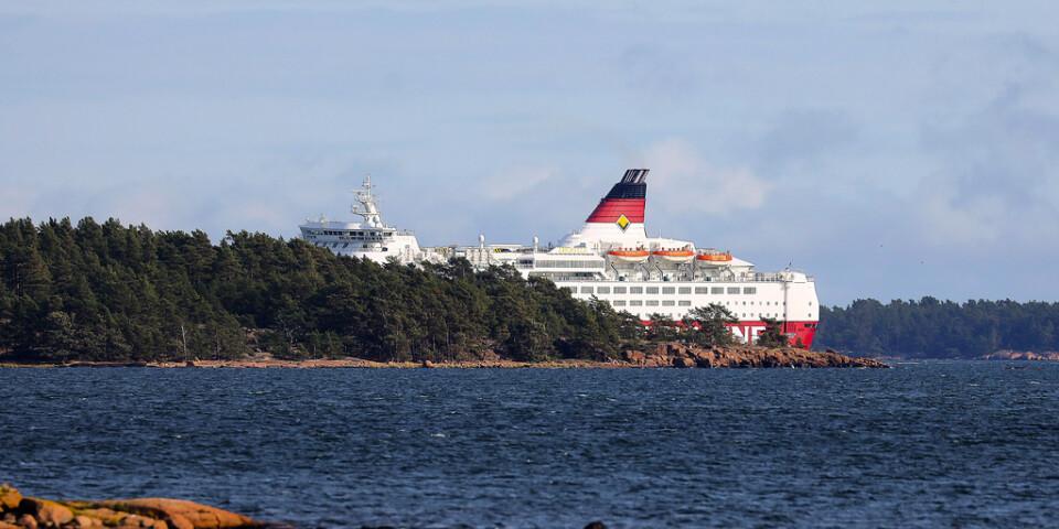 Viking Line-fartyget Amorella har gått på grund utanför Åland. Runt 280 personer finns ombord på fartyget – men ingen ska ha kommit till skada.