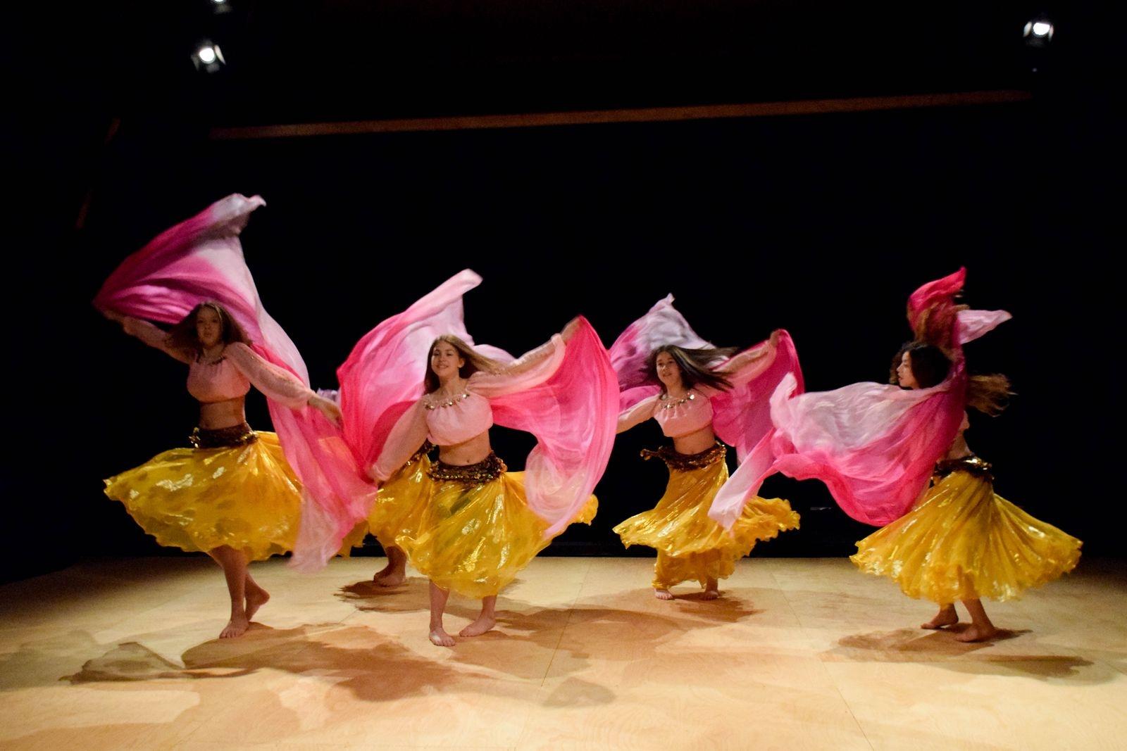 I gruppen orientalisk dansmix blandas flera olika dansstilar. På Skillinge teater bjöd de på ett färgsprakande nummer.