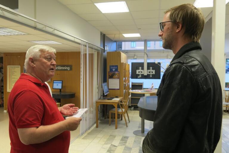 Viktor Englund, till höger, var en av de sista som kom för att rösta i vallokalen på Stadsbiblioteket. Han fick hjälp av valförrättaren Hans Assarsson.