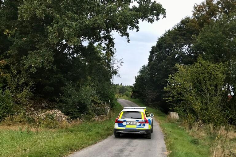 Efter stort pådrag fortsatte polisen att söka efter en lösspringande häst och ryttare under fredagen. Insatsen har inte gett några resultat.