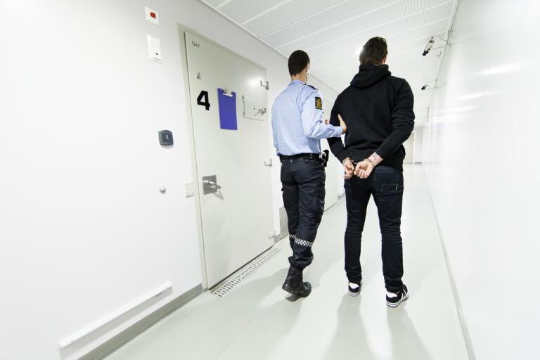 En polis åtalas för misshandel. Bilden har tagits i ett annat sammanhang.