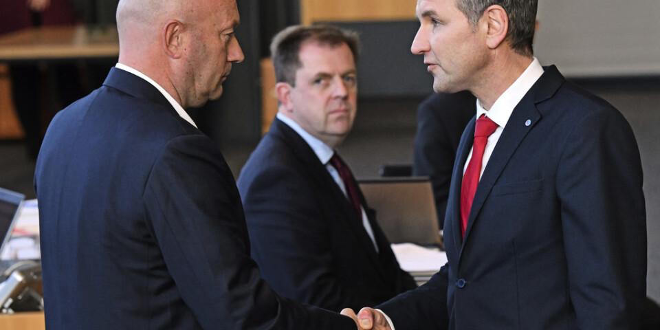 AFD:s Thüringenordförande Björn Höcke, till höger, skakar hand med liberala FDP:s Thomas Kemmerich efter att denne valts till ministerpresident i delstaten.